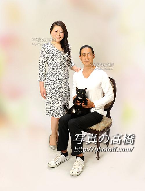 猫ちゃんと一緒にご夫婦で記念写真撮影